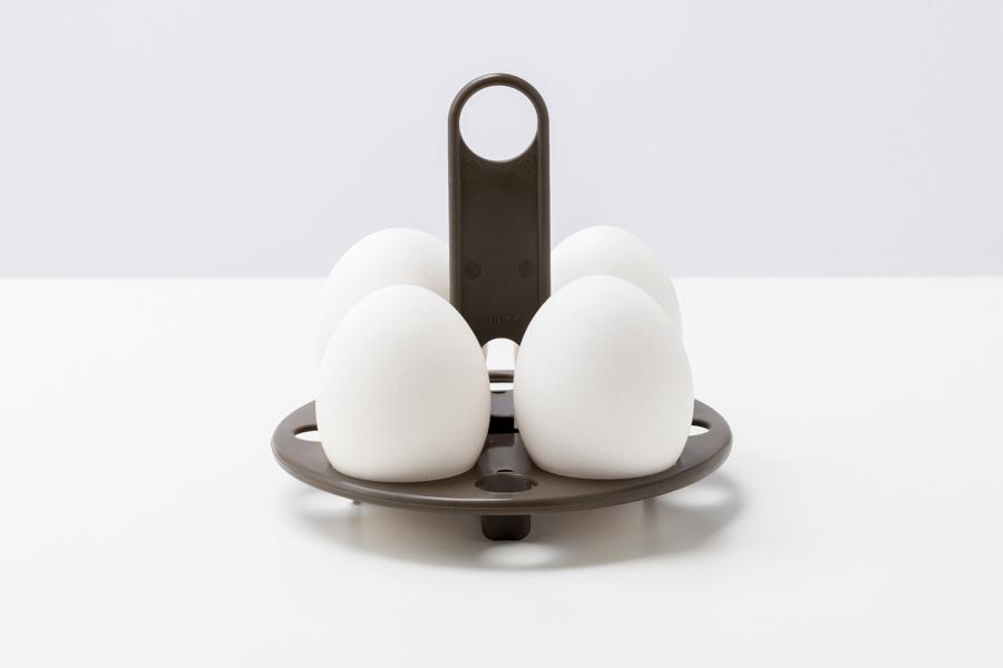 卵を温玉スタンドに立てます